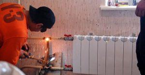 Может ли сантехник из жэка поменять батареи отопления в квартире